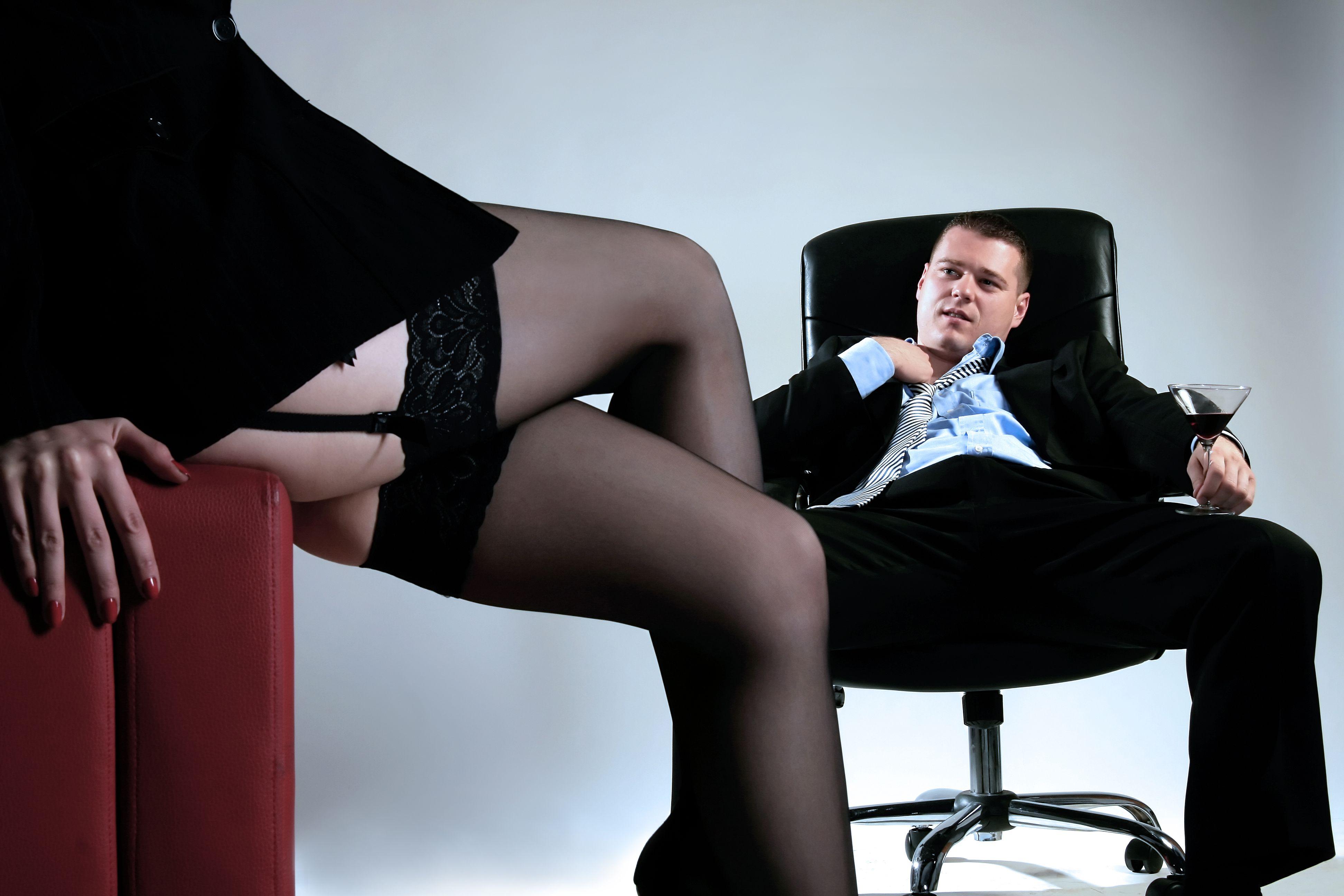 Латинская секретарша удовлетворяет босса в кабинете  563576