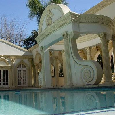The house pool in front of the house where shahrukh khan wife and